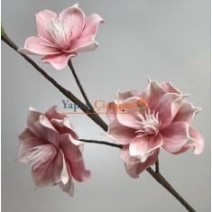 90 Cm Boyunda 3 Adet Çiçek 1 Adet Tomurcuk 15x15 cm 3 çiçek 5 Renk Seçenegi Yaprak İçleri Telli İstediginiz gibi şekil verebilirsiniz. Lüks Büyük Çiçek Ara Malzemesi